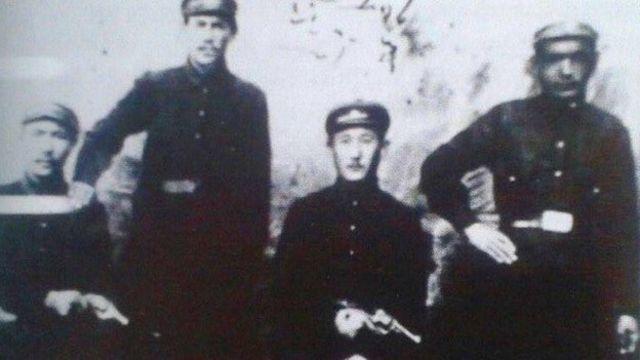 Ош милициясынын бөлүм башчылары (ортодо Газыбай Козубаев), 1920-жыл.