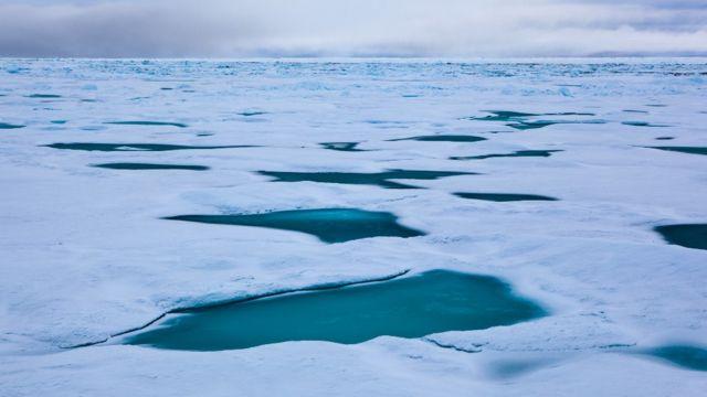 Hielo con pozos de agua oscura en el Estrecho de Fram