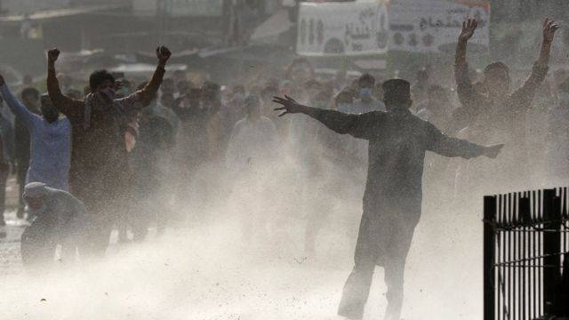 ইসলামিক রাজনৈতিক দল তেহরিক-ই লাব্বায়িক পাকিস্তানের বিক্ষোভকারীদের সাথে পুলিশের সংঘর্ষ
