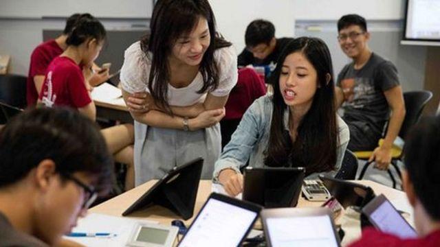 Estudiantes en un salón de clase en Singapur