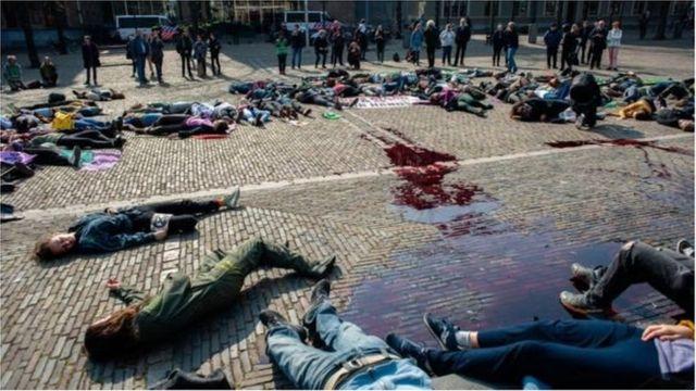 Người biểu tình ở Hà Lan giả vờ chết trong cuộc biểu tình về khí hậu