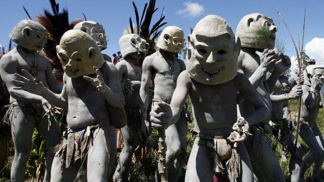 Pessoas de uma tribo de Papua-Nova Guiné usando máscaras. habitantes têm cerca de 5% do DNA oriundos de antepassados denisovanos