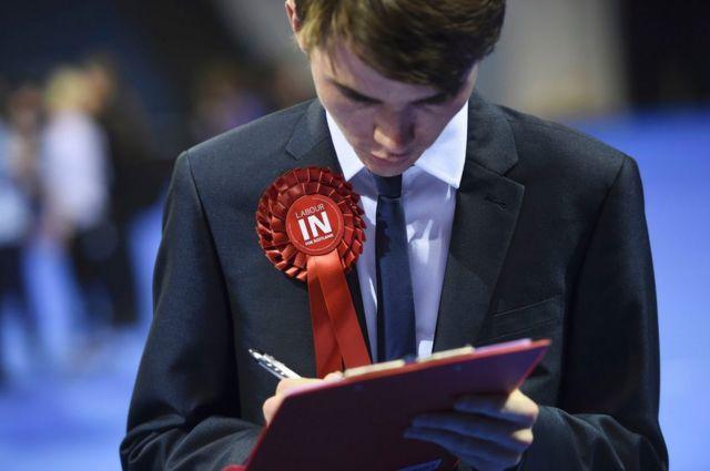 投票が締め切られた後、開票データを集める政党関係者。