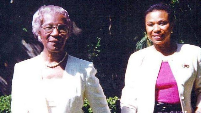 La congresista Barbara Lee (der.) se convirtió en amiga cercana de Shirley Chisholm después de trabajar como voluntaria en su campaña