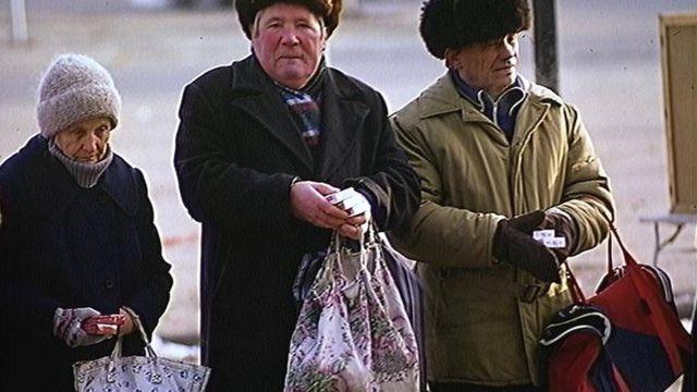 Ancianos venden cigarrillos en Moscú