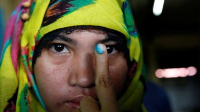投票した印のついた指を見せる女性(9日、ダバオ)