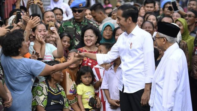 Joko Widodo dan Ma'ruf Amin setelah pidato kemenangan di Kampung Deres, Jakarta pusat.