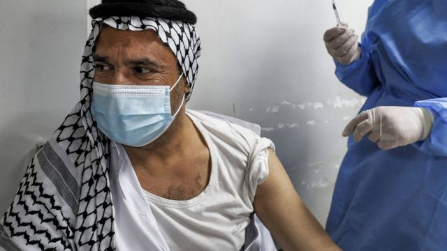 An Iraqi citizen receives a corona vaccine