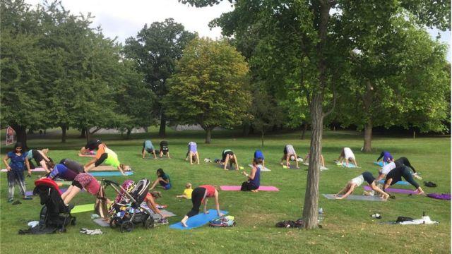 На цьому уроці йоги у парку вітають всіх і безкоштовно. Приходьте хоч з немовлям у візочку, хоч з улюбленим песиком. Класи спонсорують місцеві адміністрації і бізнеси