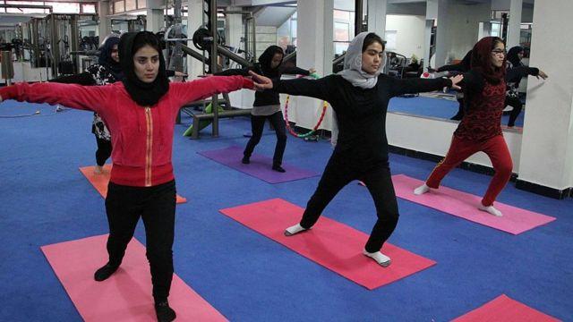 کلاس آموزش یوگا در کابل با آنکه ورزش به عنوان یکی از راه های مقابله با مشکلات روحی شناخته میشود اما امکانات ورزش برای زنان در افغانستان بسیار محدود است