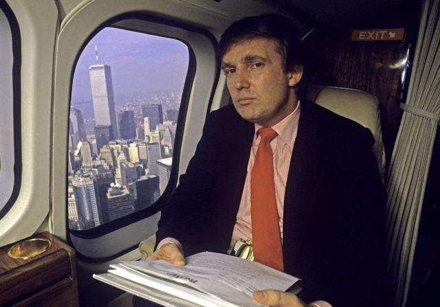 ترامب في طائرته الخاصة فوق نيويورك عام 1987