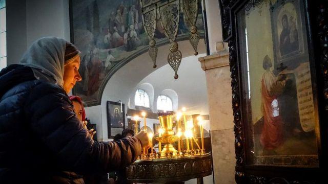 Mujer en una Iglesia ortodoxa en Moscú