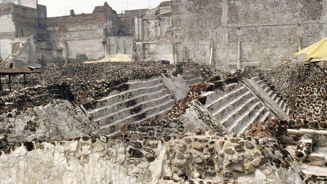 """Vista de la serpiente esculpida que forma parte de un '""""muro de serpientes"""" en el Templo Mayor, Tenochtitlán (Ciudad de México)."""