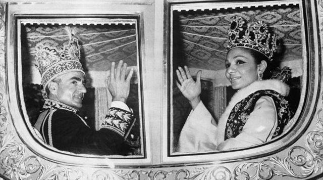 شاه و فرح پس از مراسم تاجگذاری در ۱۰ آبان ۱۳۴۶
