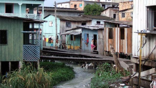 Crianças fotografadas em favela brasileira