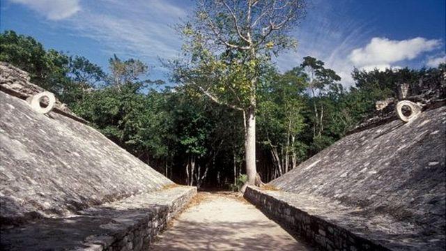 یکی از زمینهای این مسابقه در شبه جزیره یوکاتان مکزیک با حلقههای سنگی که توپ از میان آن به زمین انداخته میشد