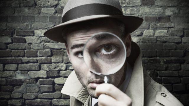 Detective con lupa.