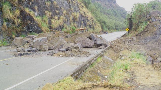 Una ruta bloqueada con rocas en Ecuador
