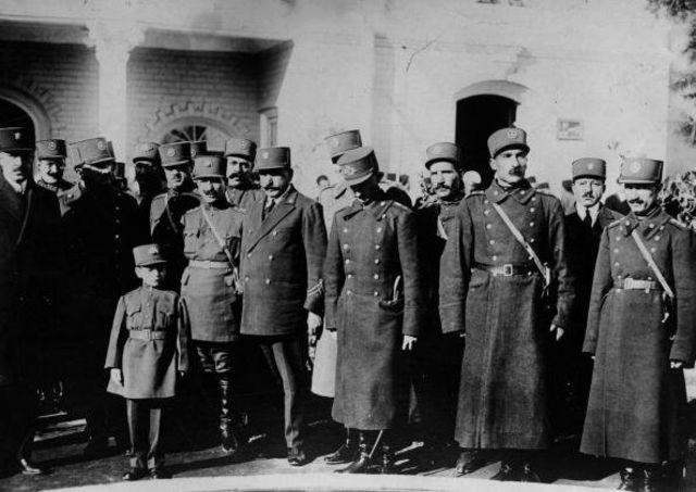 محمدرضا در دوران کودکی و در لباس نظامی در مراسم بازگشایی یک مدرسه نظامی در تهران