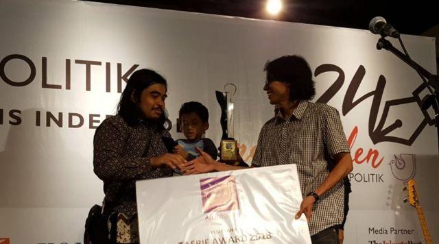 Septiaji Eko Nugroho alias Zek, Ketua Mafindo, menerima Tasrif Award dari Ketua Juri, Savic Ali.