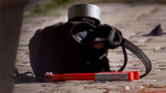 Uma mochila, aparentemente intacta, foi vista na cena da explosão