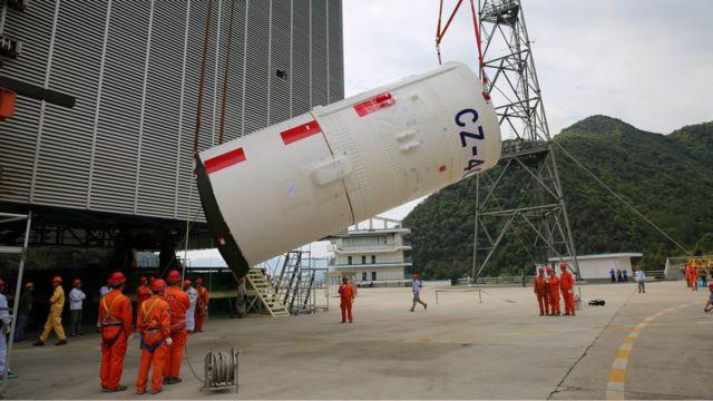 卫星发射前,西昌卫星发射中心进行运载火箭吊装