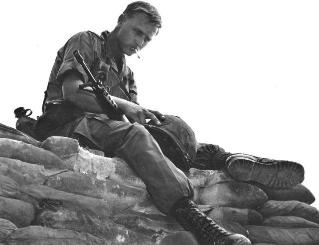 Un soldado del Regimiento de Infantería 25 antes de una misión en la provincia de Tay Ninh, en noviembre de 1969.