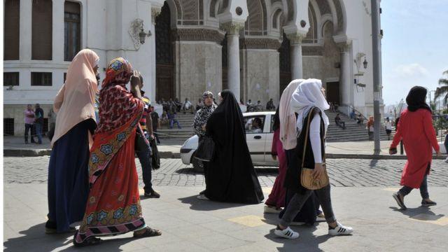 Dana diz que uso do véu é parte importante da religião