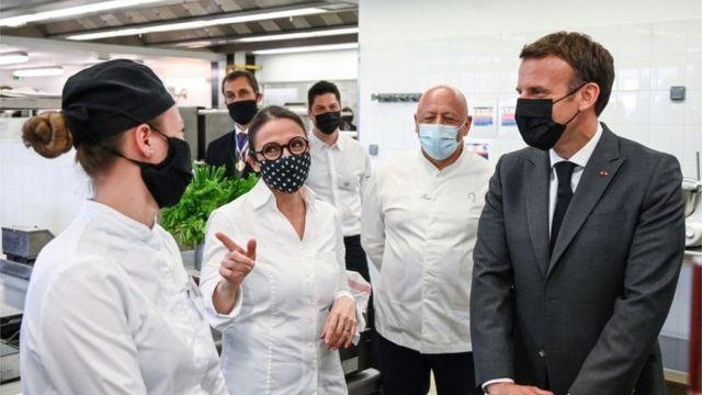 Madaxweyne Emmanuel Macron xilli maanta uu booqasho ku joogay iskuul ku yaalla degmada ka hor inta aanan la dharbaaxin