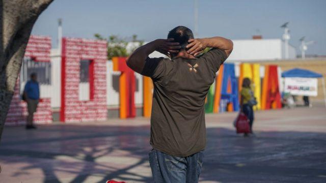 Hombre hondureño de espaldas en Tijuana, México