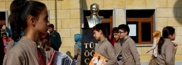 Турецкие школьники и бюст Ататюрка