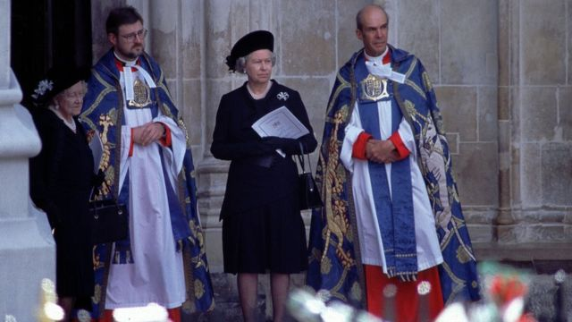 Isabel II y la reina madre esperaron la llegada del féretro de Diana en la entrada de la abadía de Westminster.