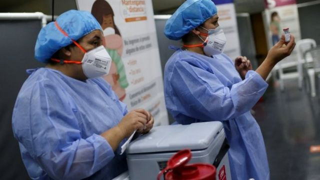 Vacinação na Colômbia, em foto de agosto