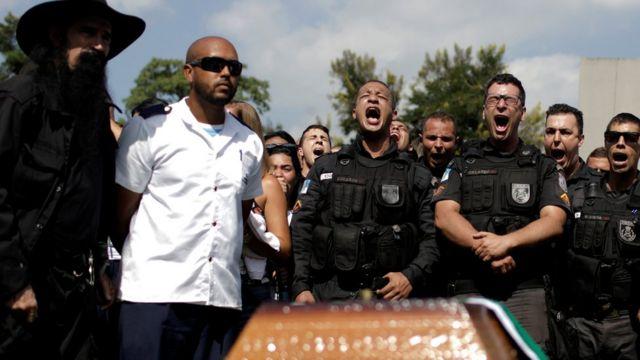 Policiais participam de enterro de colega morto na Rocinha