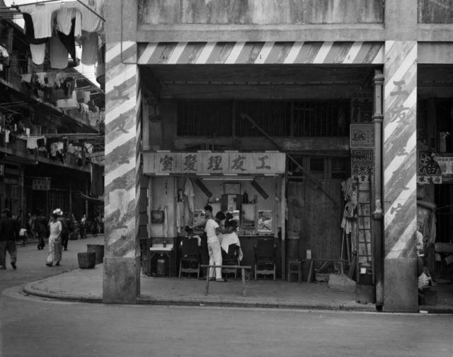香港某楼房骑楼下的理发店(1960)