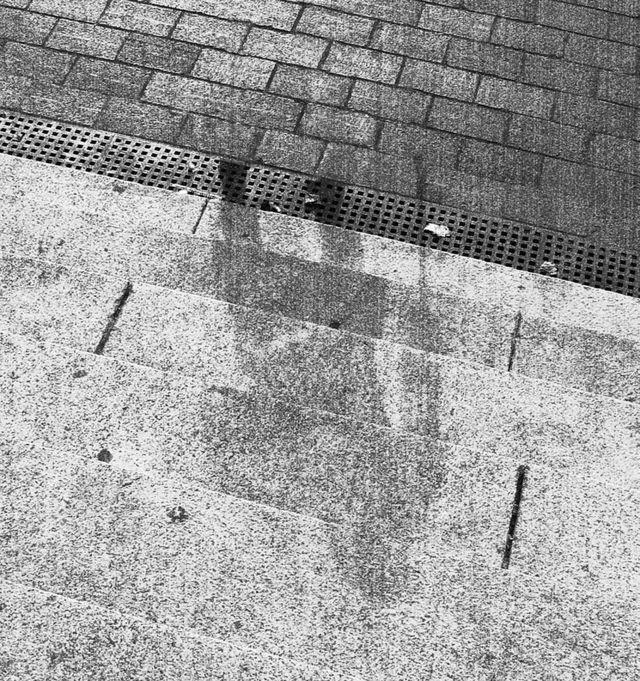 বোমার শিকার এক মানুষের ছাপ স্থায়ীভাবে আঁকা হয়ে গেছে সিড়ির পাথরে