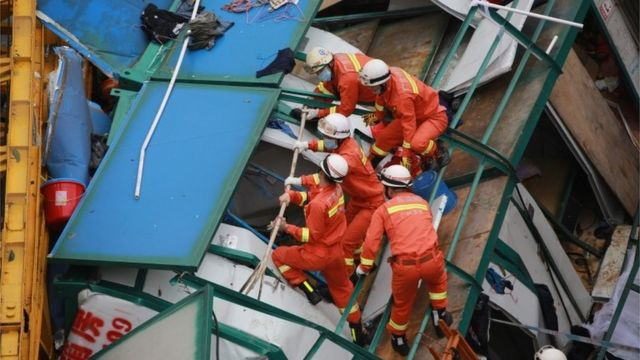 Rescue workers at scene of collapsed crane in Dongguang City, Guangdong (13 April 2016)