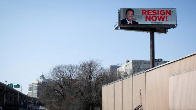билборд с требованием отставки Куомо