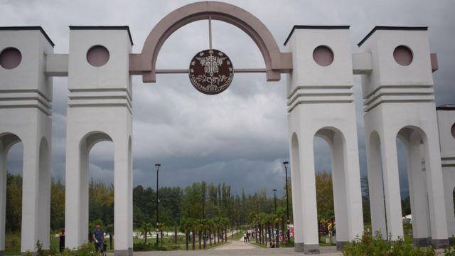 Вход в центральный парк в Цхалтубо