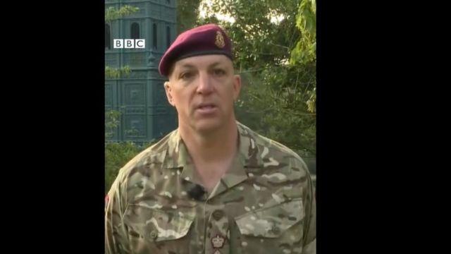 O tenente-coronel Ben Caesar, usando roupas militares, fala à BBC