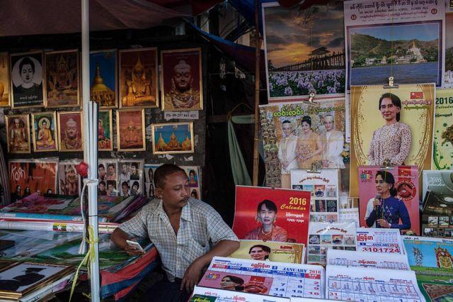 Hombre vende calendarios con la imagen de Aung San Suu Kyi en Rangún, Myanmar, en 2015.