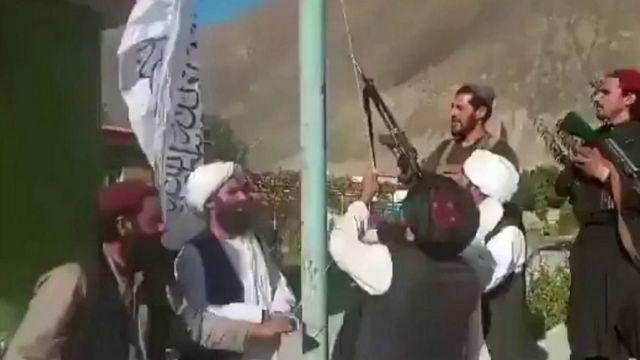 Taliban đã đăng lên mạng đoạn phim quay cảnh các chiến binh của họ đang giương cờ ở Thung lũng Panjshir vào thứ Hai.