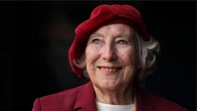 Vera Lynn musiqi karyerasına 1935-ci ildə başlayıb