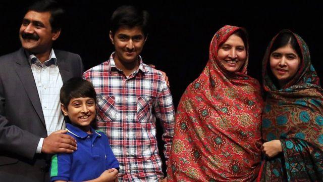 ملالہ کے والدین اور بھائی