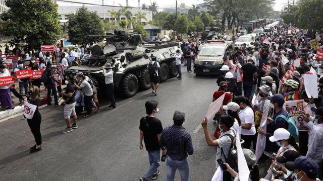 متظاهرون يحيطون بالشوارع التي تمر منها مدرعات الجيش في مدينة يانغون