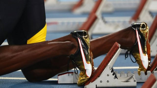 Las zapatillas de Usain Bolt en el momento de estar colocado en tacos antes de la salida