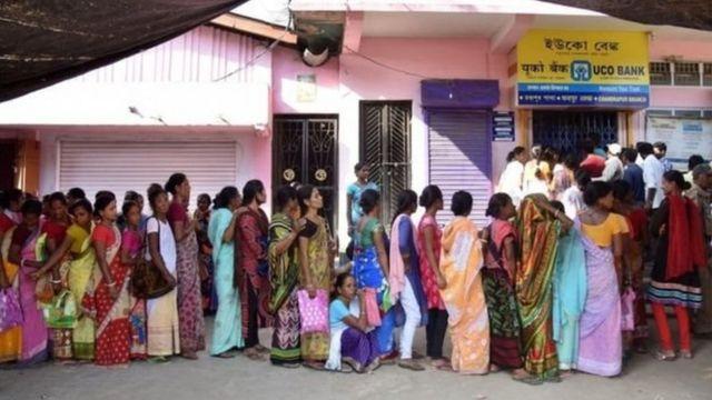 ভারতের ব্যাংক আর আর্থিক প্রতিষ্ঠানগুলোর সামনে প্রতিদিনই পড়ছে লম্বা লাইন