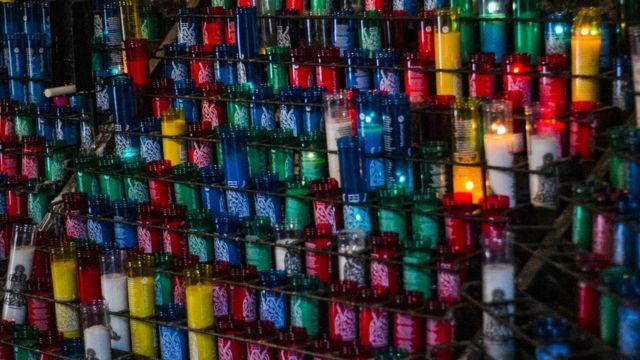 Velas de colores de creyentes en la Virgen de Montserrat