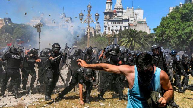 Protestos nas ruas por causa da reforma