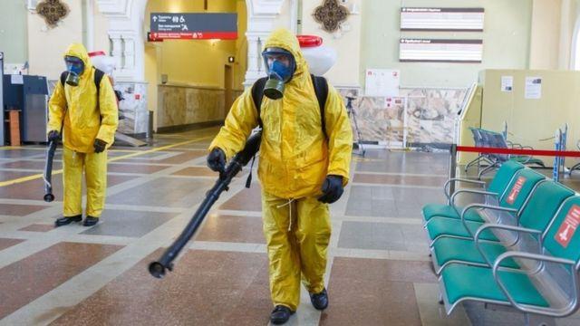 Görevliler Moskova'da bir tren istasyonunu dezenfekte ediyor